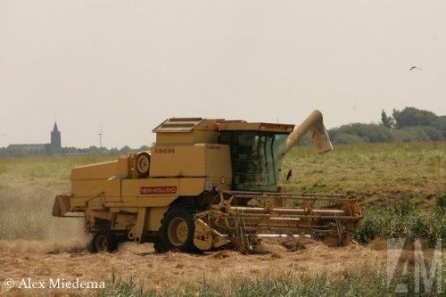 Foto van een New Holland 8080, bezig met maaidorsen.. Geplaatst door Alex Miedema op 14-07-2014 om 20:29:10, op TractorFan.nl - de nummer 1 tractor foto website.