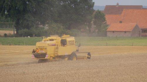 Foto van een New Holland TX 62, bezig met maaidorsen.. Geplaatst door stijn0324 op 19-07-2014 om 22:59:52, met 5 reacties.