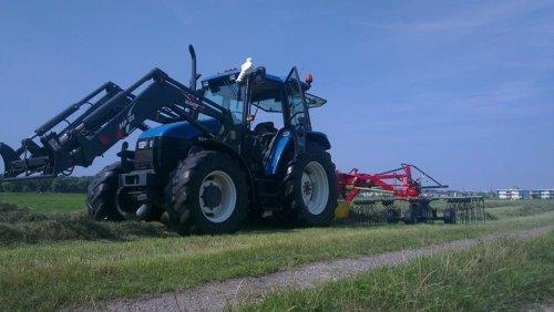 Foto van een New Holland TS 90, druk bezig met Gras harken.. Geplaatst door newholland- op 24-07-2014 om 09:07:43, met 3 reacties.