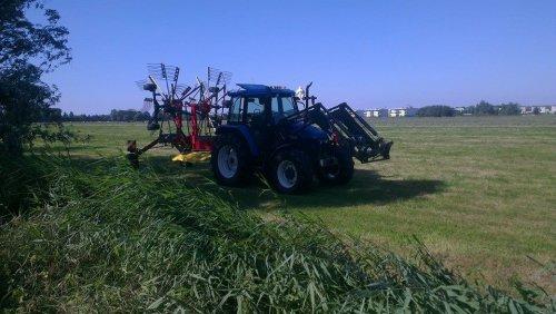 Foto van een New Holland TS 90, druk bezig met Gras harken.. Geplaatst door newholland- op 24-07-2014 om 09:11:27, op TractorFan.nl - de nummer 1 tractor foto website.