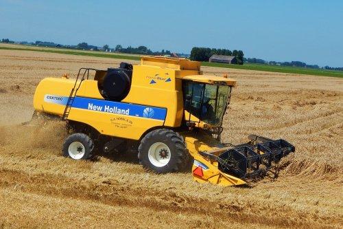 Foto van een New Holland CSX7080, bezig met maaidorsen.. Geplaatst door Martin Holland op 28-07-2014 om 17:42:34, op TractorFan.nl - de nummer 1 tractor foto website.