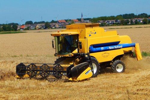 Foto van een New Holland CSX7080, bezig met maaidorsen. Loonbedrijf Nobel bv. Geplaatst door Martin Holland op 28-07-2014 om 17:42:44, op TractorFan.nl - de nummer 1 tractor foto website.