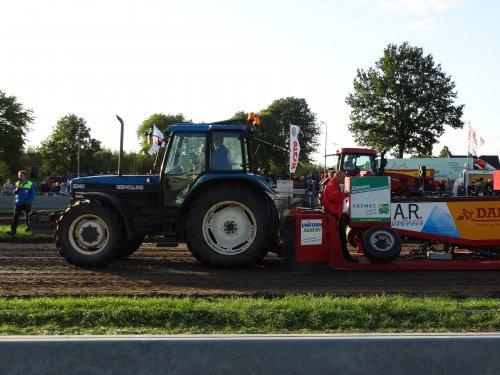 Foto van een New Holland 8340, bezig met tractorpulling. Geplaatst door redgiant op 16-08-2014 om 22:15:36, met 2 reacties.