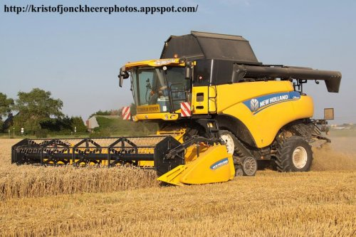 Een CR8080, uitgerust met de nieuwe geveerde rupsen van New Holland. (suspended tracks).  Meer foto's kan je terug vinden op http://kristofjonckheerephotos.appspot.com/  Greetz Kristof