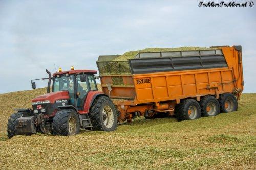 Een combinatie om de week (goed?) mee te beginnen; een New Holland G190 met Dezeure 3- asser.  Word ook lid van onze Facebook- pagina: http://www.facebook.com/TrekkerTrekker.nl
