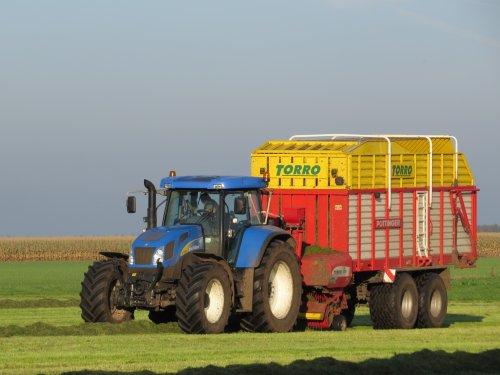 Foto van een New Holland T 7520, bezig met gras inkuilen.  28-10-2014. Geplaatst door oldtimergek op 29-10-2014 om 23:27:05, met 4 reacties.