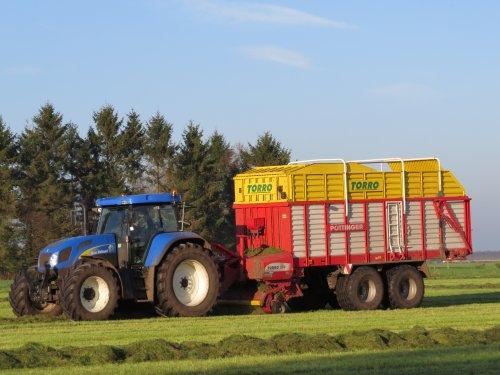 Foto van een New Holland T 7520, bezig met gras inkuilen. 28-10-2014. Geplaatst door oldtimergek op 29-10-2014 om 23:27:08, op TractorFan.nl - de nummer 1 tractor foto website.