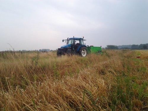 Foto van een New Holland TS 115, bezig met beregenings pomp verzetten. Geplaatst door twan270 op 20-11-2014 om 21:26:31, op TractorFan.nl - de nummer 1 tractor foto website.