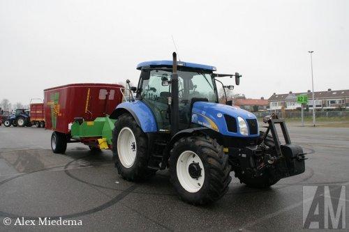 Foto van een New Holland T 6040 Elite bij de Noord-Nederlandse Landbouw Beurs. Meer foto's van de voorbereidingen van deze beurs kun je vinden op http://www.truckfan.nl/agenda/230/noord-nederlandse-landbouw-beurs-2014-2014/