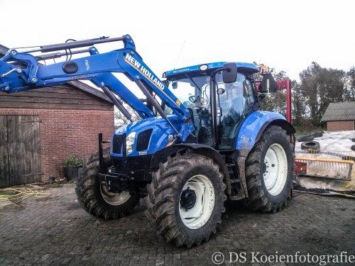 Foto van een New Holland T 6.140, bezig met voeren. De nieuwe tractor van een melkveehouder in Doeveren.