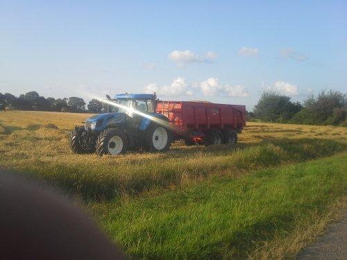 Foto van een New Holland T 7520, druk bezig met Poseren.. Geplaatst door wilco12 op 07-01-2015 om 20:47:59, op TractorFan.nl - de nummer 1 tractor foto website.