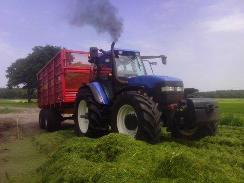 Foto van een New Holland TM 165, bezig met gras hakselen.. Geplaatst door Rdeweerd op 08-01-2015 om 10:06:39, met 7 reacties.