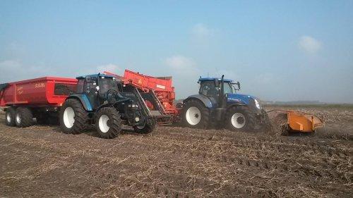 Foto van een New Holland T 7.170 AC en New Holland TM 115 bezig met het rooien van zetmeelaardappelen.
