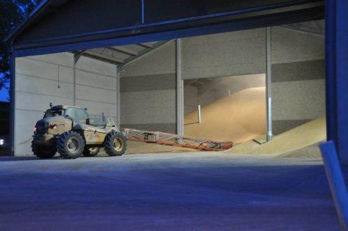 Foto van een New Holland LM 410, bezig met graan opsteken . Oogst 2014. Geplaatst door KevVer op 27-01-2015 om 08:05:22, op TractorFan.nl - de nummer 1 tractor foto website.