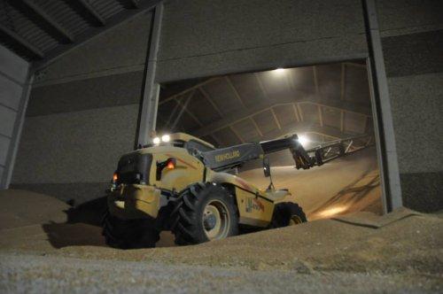 Foto van een New Holland LM 410, bezig met graan opsteken. Geplaatst door KevVer op 27-01-2015 om 08:05:23, op TractorFan.nl - de nummer 1 tractor foto website.