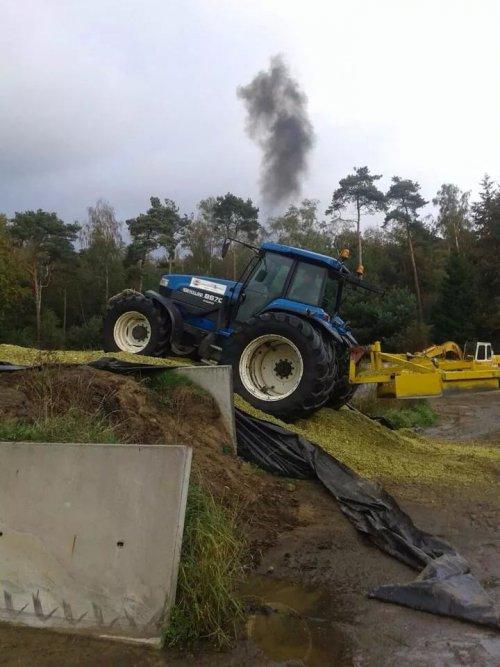 Foto van een New Holland 8670, druk bezig met Maïs inkuilen. Foto gekregen via wapp.  Foto van PAP Holten