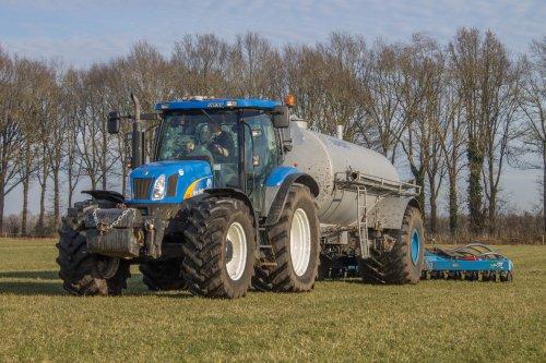 Foto van een New Holland TS 125 A, bezig met bemesten.. Geplaatst door claas 870 speed op 07-03-2015 om 21:59:29, met 3 reacties.