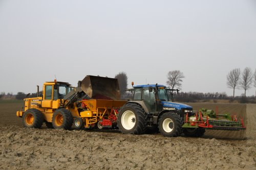 Foto van een New Holland TM 165, bezig met zaaien.. Geplaatst door alfredo op 17-03-2015 om 13:21:07, met 2 reacties.