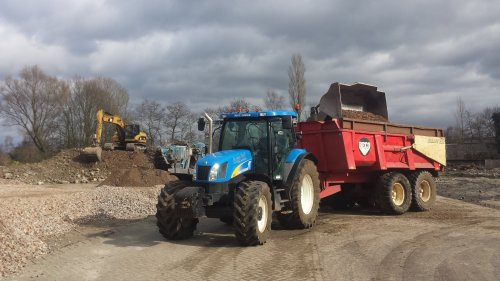 Foto van een New Holland TS 125 A, druk bezig met Poseren. Dagje puin rijde. Geplaatst door trekker_driver op 02-04-2015 om 20:53:41, met 3 reacties.