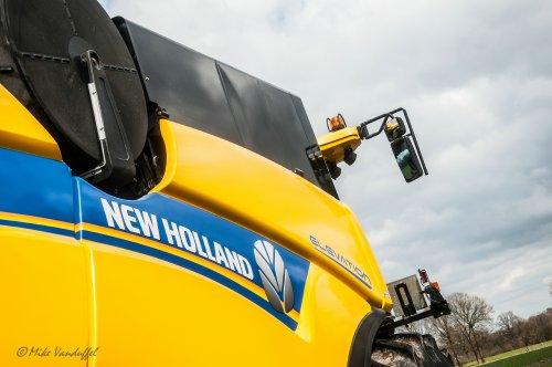 De eerste combine ten velde alweer gespot voor 2015! Een middagje communie foto's maken bij de machines van de plaatstelijke loonwerker ;)   New Holland CX 7090 Loonbedrijf De Bollissen/Vanbuel - Peer (B)