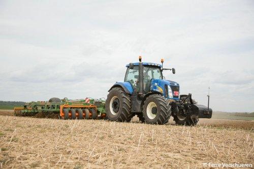 Akkerbouwer Koolen aan het lostrekken met een New Holland T 8050 en Amazone Centour 6001 van maarliefst 9 ton! (2015)