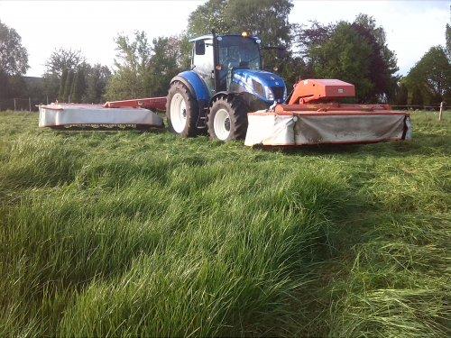Foto van een New Holland T 5.115, bezig met gras maaien.. Geplaatst door VONKNEWHOLLAND op 23-05-2015 om 20:26:37, met 8 reacties.