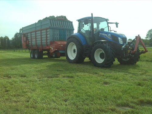 Foto van een New Holland T 5.115, bezig met gras inkuilen.. Geplaatst door VONKNEWHOLLAND op 23-05-2015 om 20:28:44, met 4 reacties.