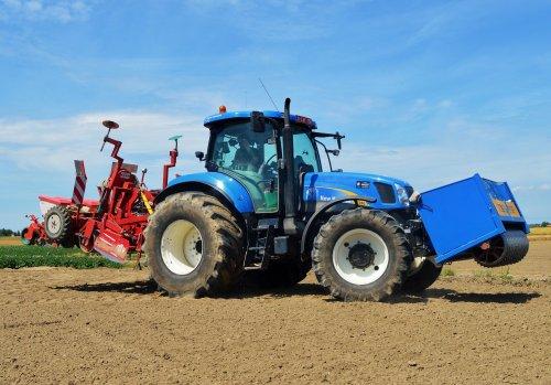 Foto van een New Holland T 6080, bezig met zaaien.. Geplaatst door Jan Ramon op 25-06-2015 om 14:11:32, op TractorFan.nl - de nummer 1 tractor foto website.