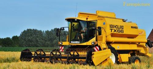 Foto van een New Holland TX 66, bezig met maaidorsen.. Geplaatst door Jan Ramon op 04-07-2015 om 21:13:28, op TractorFan.nl - de nummer 1 tractor foto website.