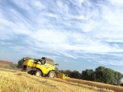 Foto van een New Holland CX 7090, druk bezig met Maaidorsen.. Geplaatst door johndeerefendtfan op 12-07-2015 om 10:45:44, op TractorFan.nl - de nummer 1 tractor foto website.