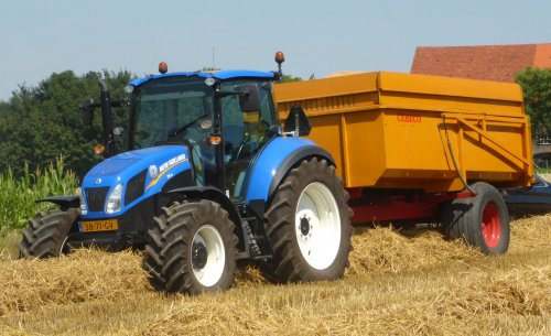 Foto van een New Holland T 5.115, bezig met poseren.. Geplaatst door Oldtimer-fan op 04-08-2015 om 18:04:12, op TractorFan.nl - de nummer 1 tractor foto website.