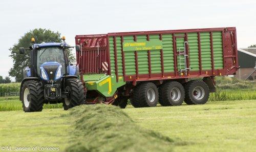 New Holland T 8.420 + Strautmann Terra Vitesse CFS 5210 aan het oprapen nabij Broekland. Geplaatst door -Mike- op 10-08-2015 om 20:55:59, op TractorFan.nl - de nummer 1 tractor foto website.