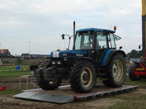 Foto van een New Holland 8340, bezig met tractorpulling.. Geplaatst door redgiant op 14-08-2015 om 22:17:31, met 6 reacties.