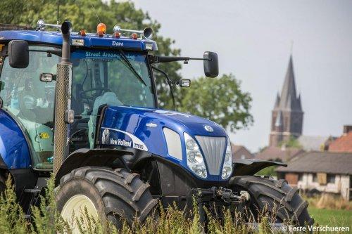 Deze prachtige New Holland T 7070 Blue Power aan het poseren onder de kerktoren. (2015). Geplaatst door FerreV op 16-08-2015 om 14:45:01, met 3 reacties.