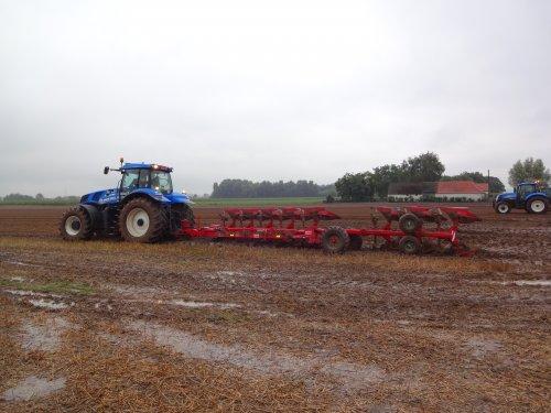 Foto van een New Holland T 8.360, bezig met ploegen / eggen. Tgroot geweld aant werk op foire d'agricolles in Pottes. T8.360 met Steeno 8 schaar :)