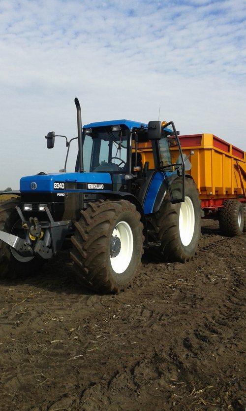 Foto van een New Holland 8340, druk bezig met Aardappels rooien.. Geplaatst door new hollandfan op 03-10-2015 om 20:06:35, met 4 reacties.