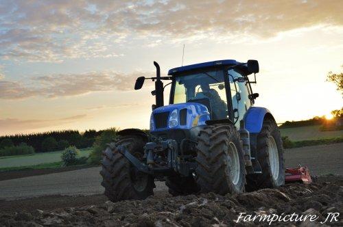 Foto van een New Holland T 6080 die in Noord-Frankrijk het land was aan het fijn leggen was om te kunnen zaaien. Meer op mijn pagina;https://www.facebook.com/Farmpicture-JR-1586100788327877/?ref=hl