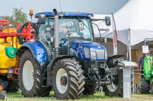Foto van een New Holland T 6.160. Geplaatst door deerefan op 04-01-2016 om 01:38:02, op TractorFan.nl - de nummer 1 tractor foto website.