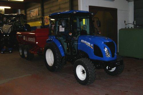 Foto van een New Holland Boomer 3045 tijdens de opendeurdagen bij Kenis BVBA Vrasene.. Geplaatst door collin ihfan op 07-02-2016 om 15:14:21, op TractorFan.nl - de nummer 1 tractor foto website.