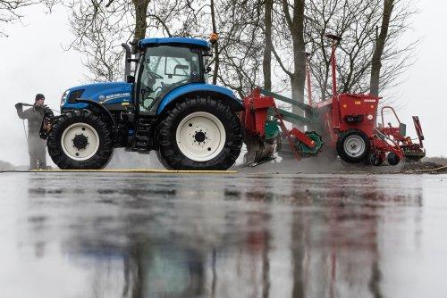 Foto van een New Holland T 6.140. Geplaatst door deerefan op 09-02-2016 om 22:11:58, op TractorFan.nl - de nummer 1 tractor foto website.