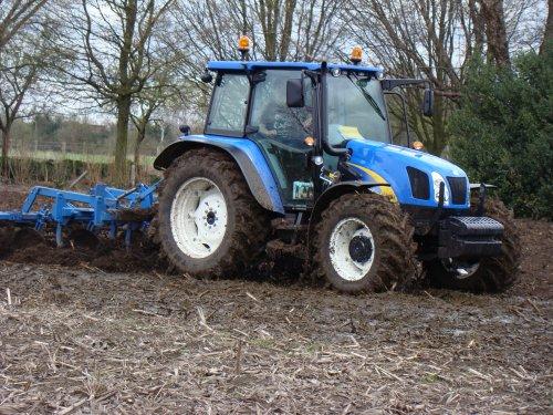 Foto van een New Holland T 5050 bezig met mest inwerken. Geplaatst door Pieter716 op 22-02-2016 om 21:46:21, met 4 reacties.