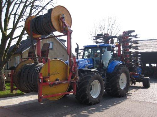 Foto van een New Holland T 7.220 met schouten W. Verburg. Geplaatst door dikketrekker op 15-03-2016 om 12:09:40, op TractorFan.nl - de nummer 1 tractor foto website.