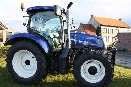 Foto van een New Holland T 6.120 Electro Command in Blue Power kleuren, afgewerkt door Dewaelheyns NV uit Hoeleden