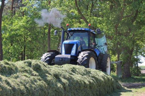 Foto van een New Holland T 8030, bezig met kuilvoerdelen!. Geplaatst door hoffie306 op 13-05-2016 om 19:08:22, op TractorFan.nl - de nummer 1 tractor foto website.