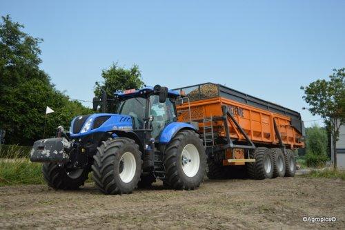 New Holland T7.245 met Dezeure hooglosser!  https://www.facebook.com/LandbouwfotografieKleineZot/?ref=bookmarks