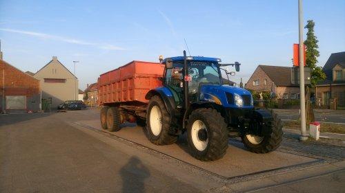 Foto van een New Holland T 6030 Plus , op de weegbrug voor het graanhalen. Geplaatst door O N op 25-07-2016 om 22:22:41, op TractorFan.nl - de nummer 1 tractor foto website.
