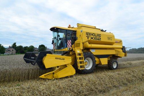 SPRL Tasiaux met 4 dorsers aan het dorsen 2 op elk veld. Geplaatst door jd7920 op 08-08-2016 om 13:17:58, op TractorFan.nl - de nummer 1 tractor foto website.