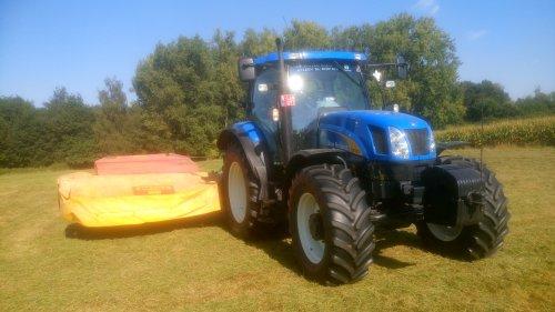 Foto van een New Holland T 6030 Plus bezig met poseren na het maaien met onze agrostoj :-P. Geplaatst door O N op 21-09-2016 om 17:33:17, op TractorFan.nl - de nummer 1 tractor foto website.