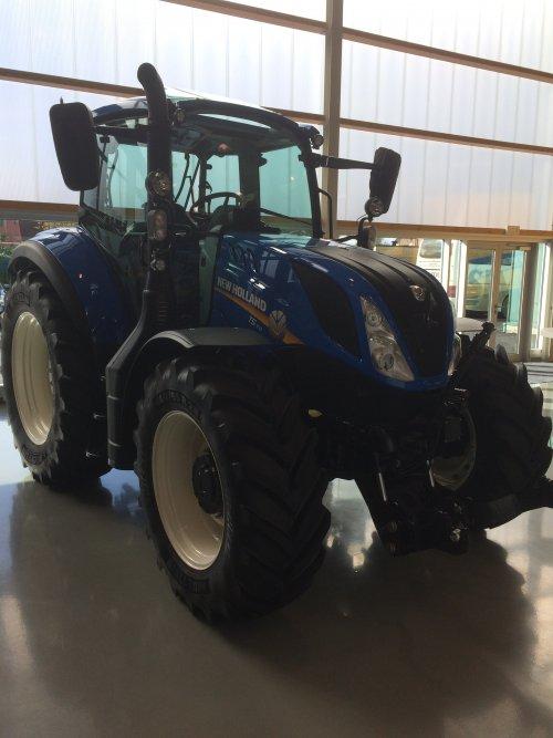 Foto van de nieuwe New Holland T5.110 in Zedelgem.. Geplaatst door nhmonteur op 27-10-2016 om 22:25:31, op TractorFan.nl - de nummer 1 tractor foto website.