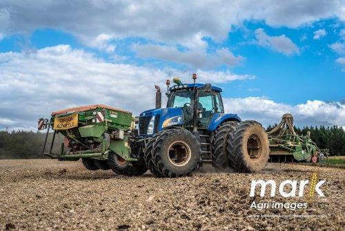Foto van een New Holland T8030 Zaaiwerkzaamheden in frankrijk. Geplaatst door Markbersselaar op 29-10-2016 om 08:50:41, op TractorFan.nl - de nummer 1 tractor foto website.